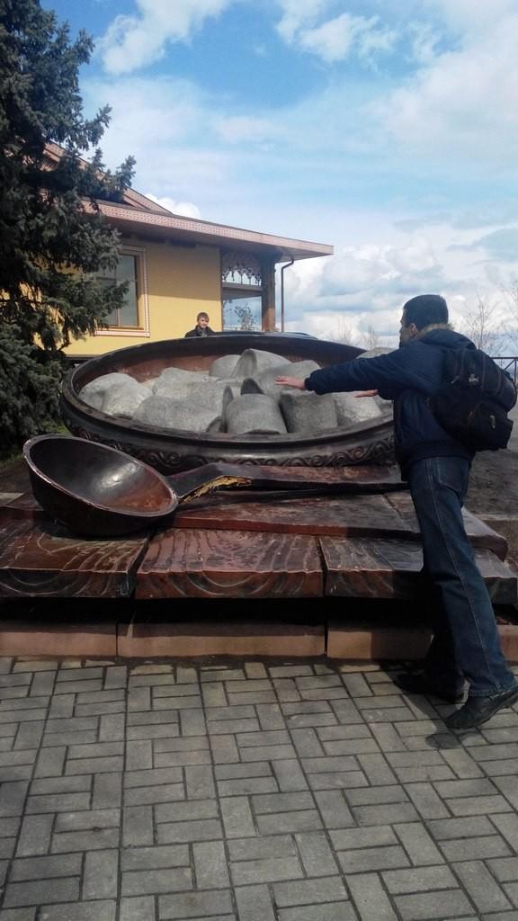 Знаменитий полтавський памятник галушкам