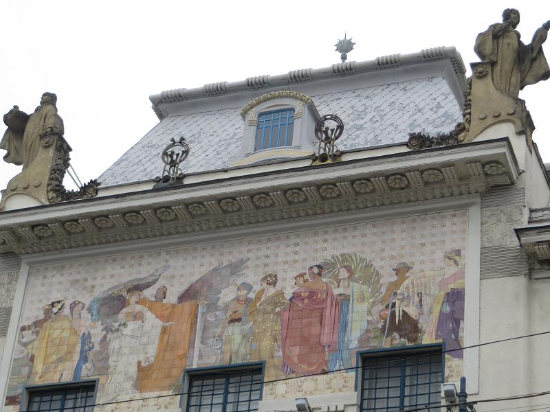 Прікольний малюнок на будинку в Чернівцях, який я раніше не помічав